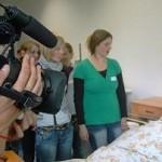 Pflege einer Bettlägerigen: Tamara Schmeelk (liegend) spielt in dieser Szene die alte blinde Dame. © Feld