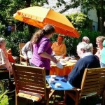 Kaffeeklatsch im Garten des Hüsselhuuses. © Eidtmann