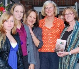 Über den Film von Claudia Dejá (Zweite von rechts) freuen sich die Mitwirkenden Alina Päper, Kirsi und Uschi Hilbert, und Regina Fleck.