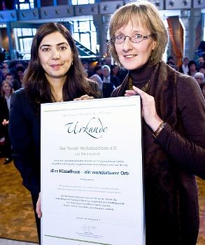 Das Hüsselhuus - ein wunderbarer Ort, heißt es auf der Urkunde, die Ministerin Aygül Özkan (links) an Regina Fleck übergab. Foto Stefan Koch