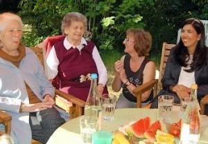 """Regina Fleck (zweite von rechts) berichtet Sozialministerin Aygül Özkan (rechts) vom gemeinsamen Leben im """"Hüsselhuus"""". Foto Helfferich"""