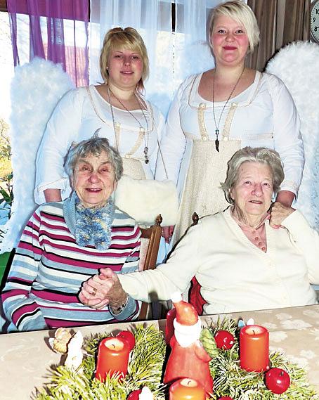 Die Hüsselhuus-Bewohnerinnen Helene Willmann (links) und Gisela Lekic fühlen sich gut behütet von den Engeln des Christkinddorfes Swaantje Reimers und Svenja Methner.
